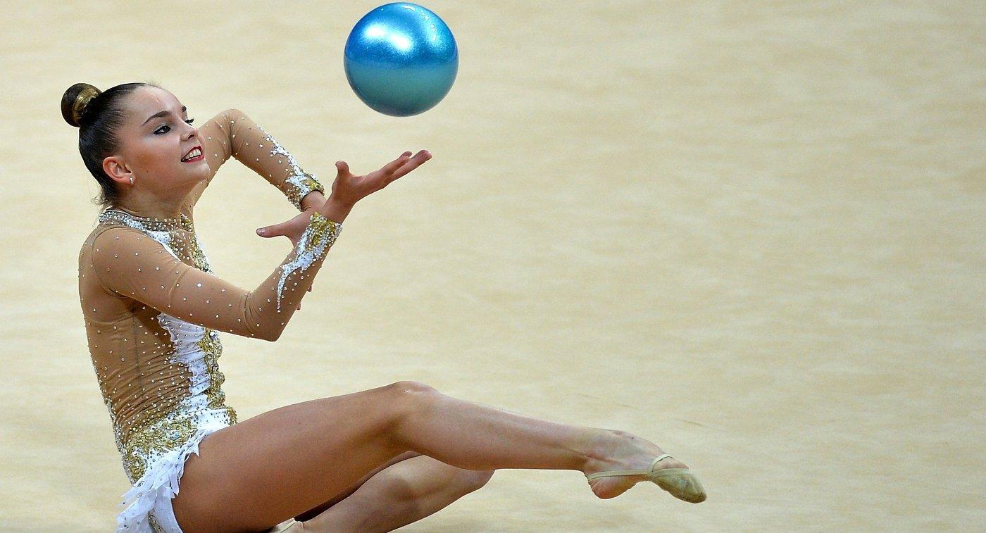 Арина Аверина (Россия) выполняет упражнения с мячом на турнире Гран-при Москвы по художественной гимнастике