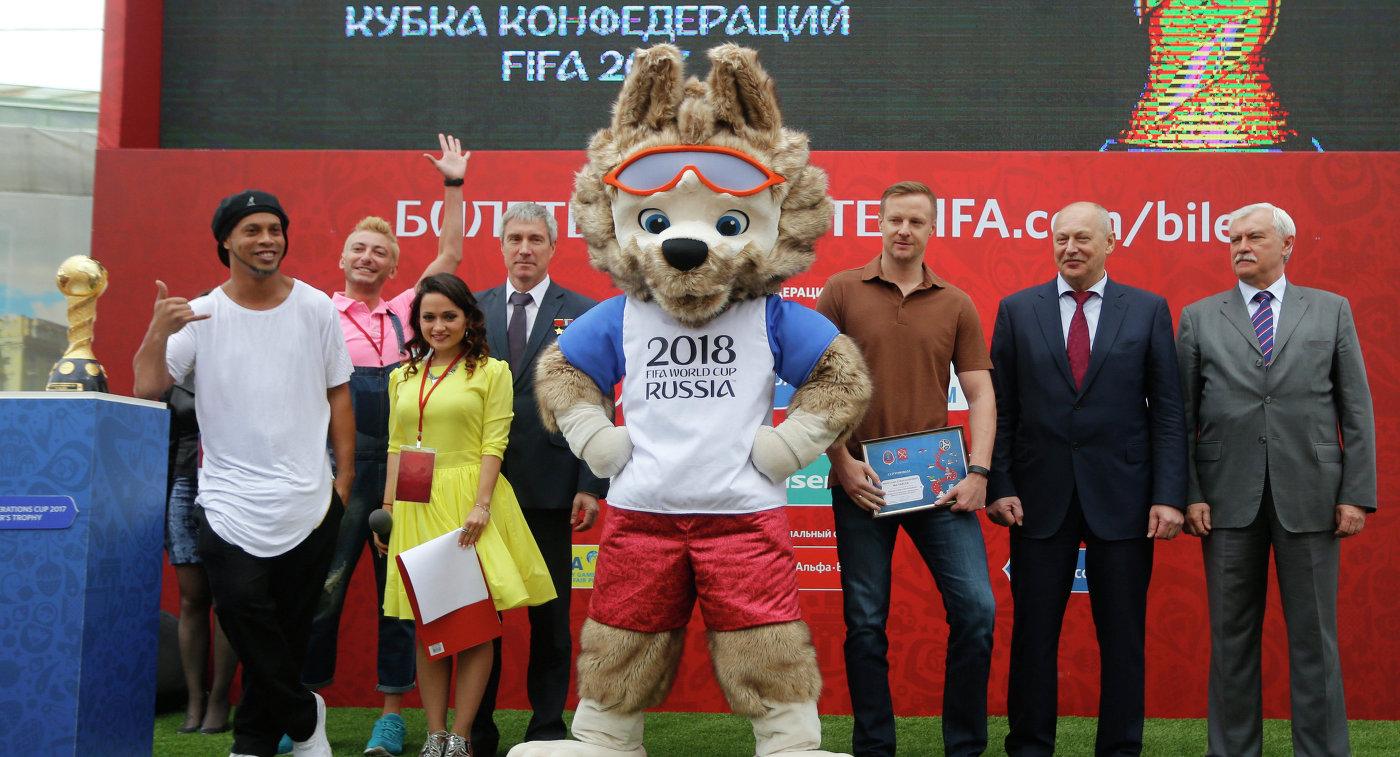 Роналдиньо (слева), Сергей Крикалев (четвертый слева), Вячеслав Малафеев (третий справа) и Георгий Полтавченко (крайний справа)