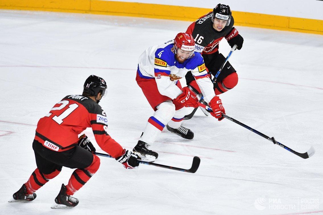 Нападающий сборной Канады Брэйден Пойнт, защитник сборной России Владислав Гавриков и форвард сборной Канады Митчелл Марнер (слева направо)