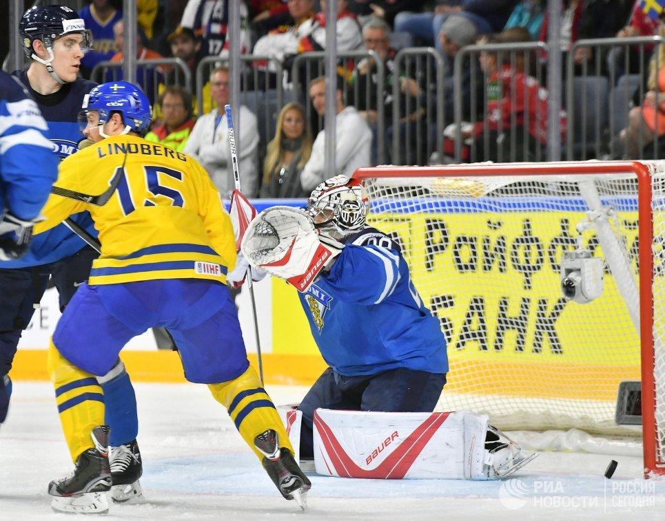 Вратарь сборной Финляндии Харри Сятери (справа)