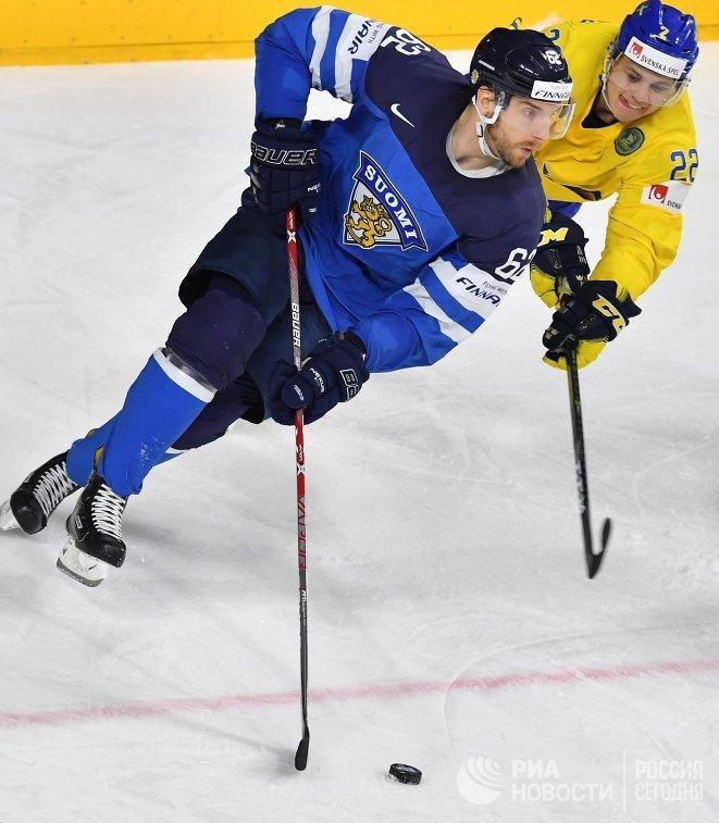 Форвард сборной Финляндии Оскар Осала (слева) и нападающий сборной Швеции Джоэль Эрикссон Эк