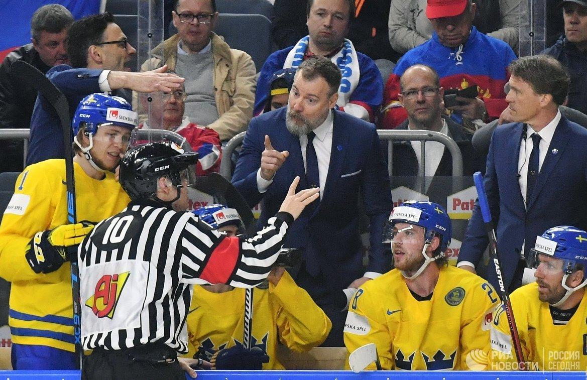 Главный тренер сборной Швеции Рикард Грёнборг (в центре)