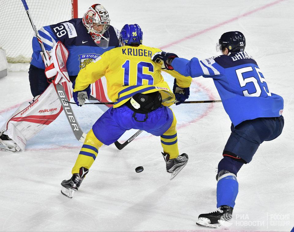 Вратарь сборной Финляндии Харри Сятери, форвард сборной Швеции Маркус Крюгер и защитник сборной Финляндии Атте Охтамаа (слева направо)