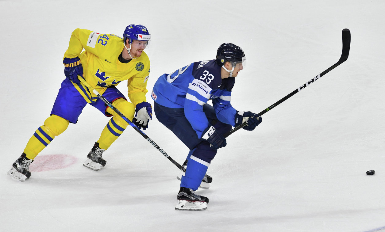 Форвард сборной Швеции Юаким Нордстрём (слева) и нападающий сборной Финляндии Маркус Хянникяйнен