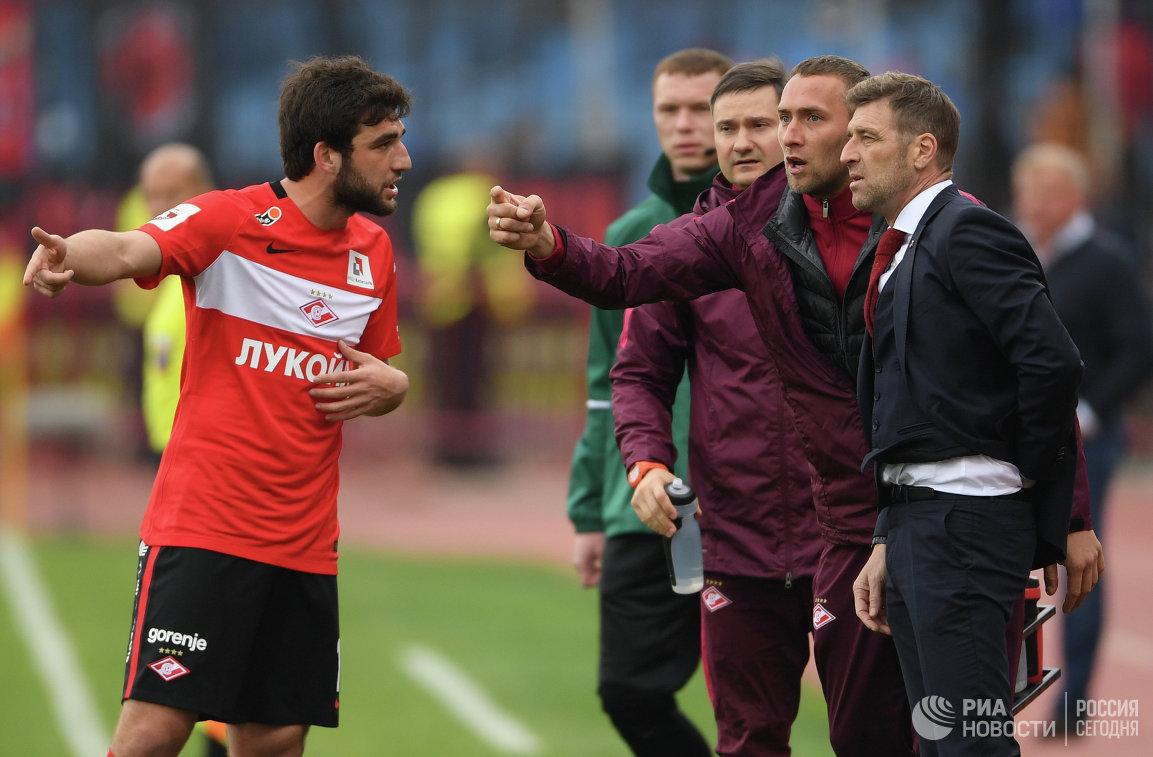 Защитник Спартака Георгий Джикия (слева) и главный тренер Спартака Массимо Каррера (справа)