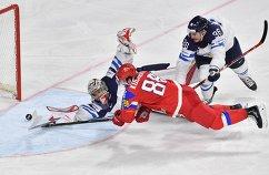 Форвард сборной России Никита Кучеров (на первом плане)