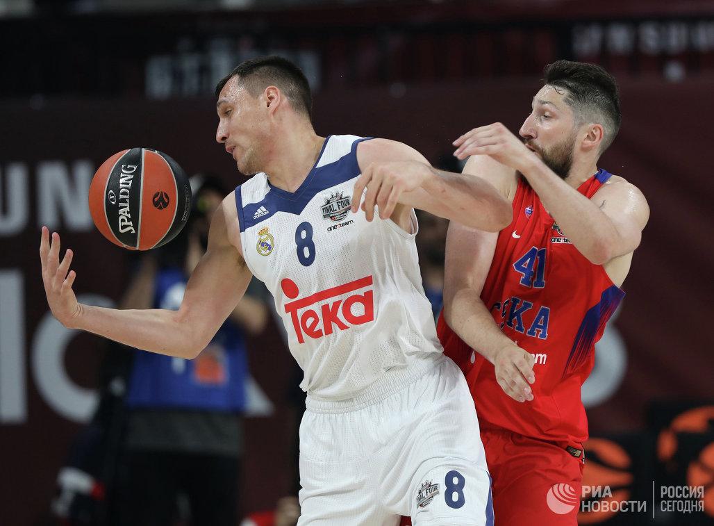 Форвард ЦСКА Никита Курбанов и форвард Реала Йонас Мачюлис (слева)