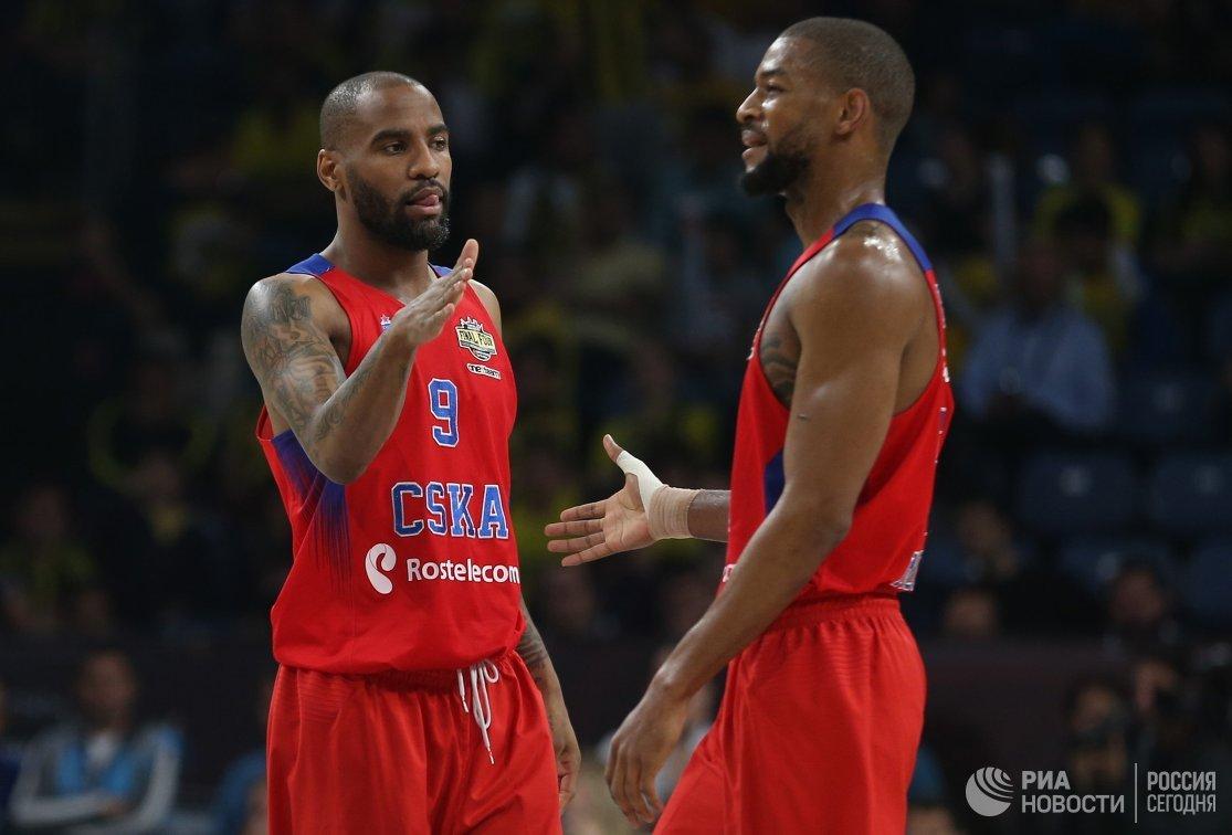 Баскетболисты ЦСКА Аарон Джексон (слева) и Кори Хиггинс