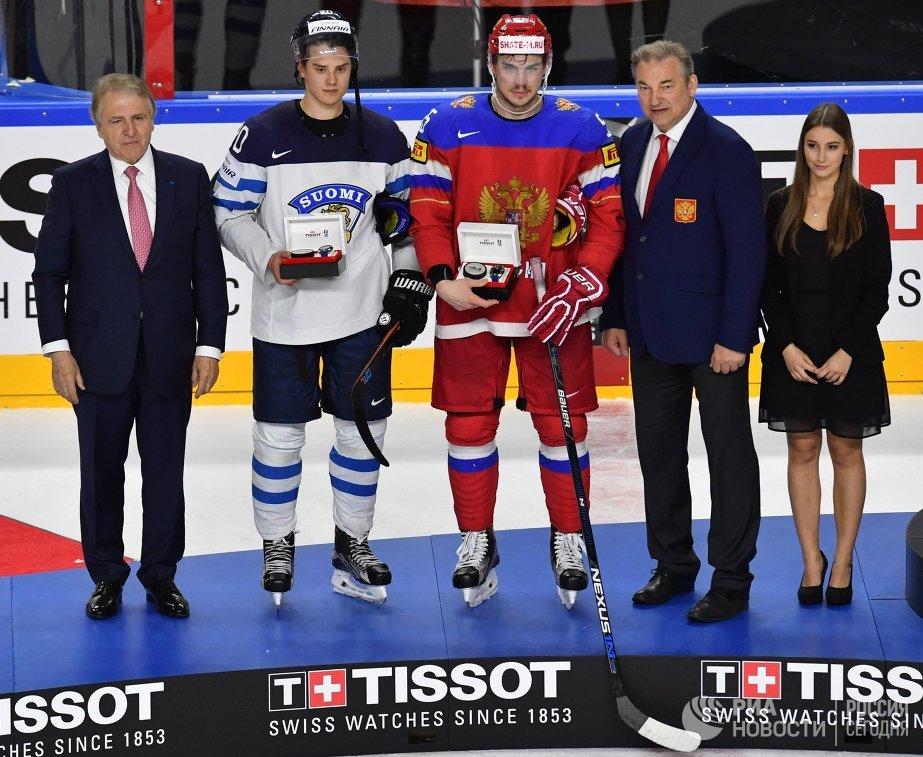 Защитник сборной России Богдан Киселевич (в центре) и форвард сборной Финляндии Себастьян Ахо (второй слева)