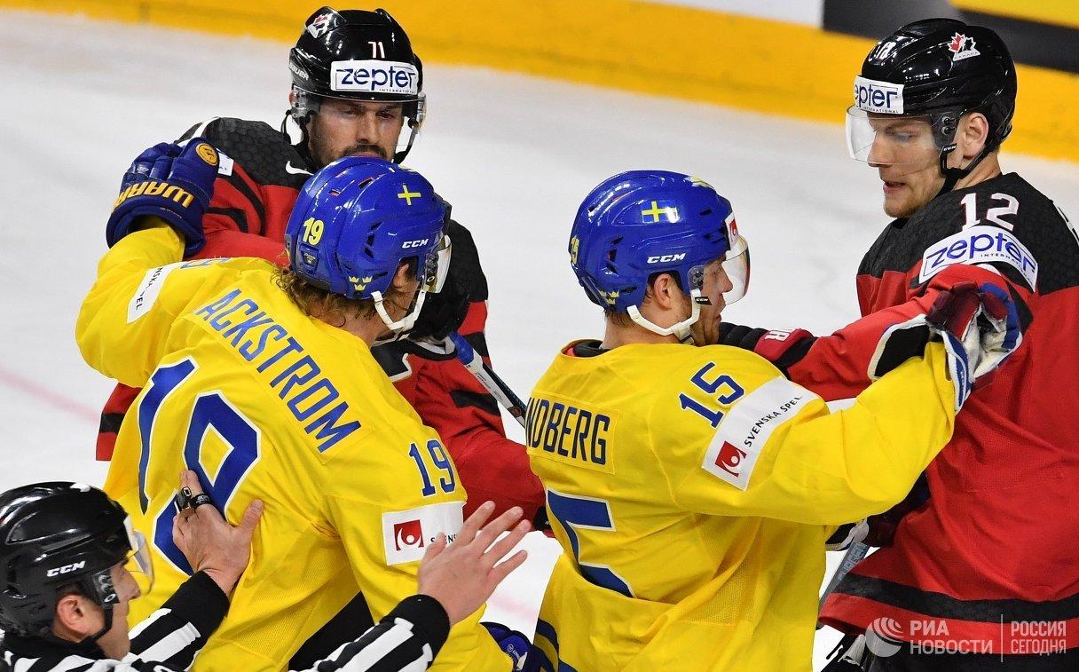 Форварды сборной Канады Александр Киллорн, сборной Швеции Никлас Бекстрём и Оскар Линдберг и защитник сборной Канады Колтон Парэйко (слева направо)