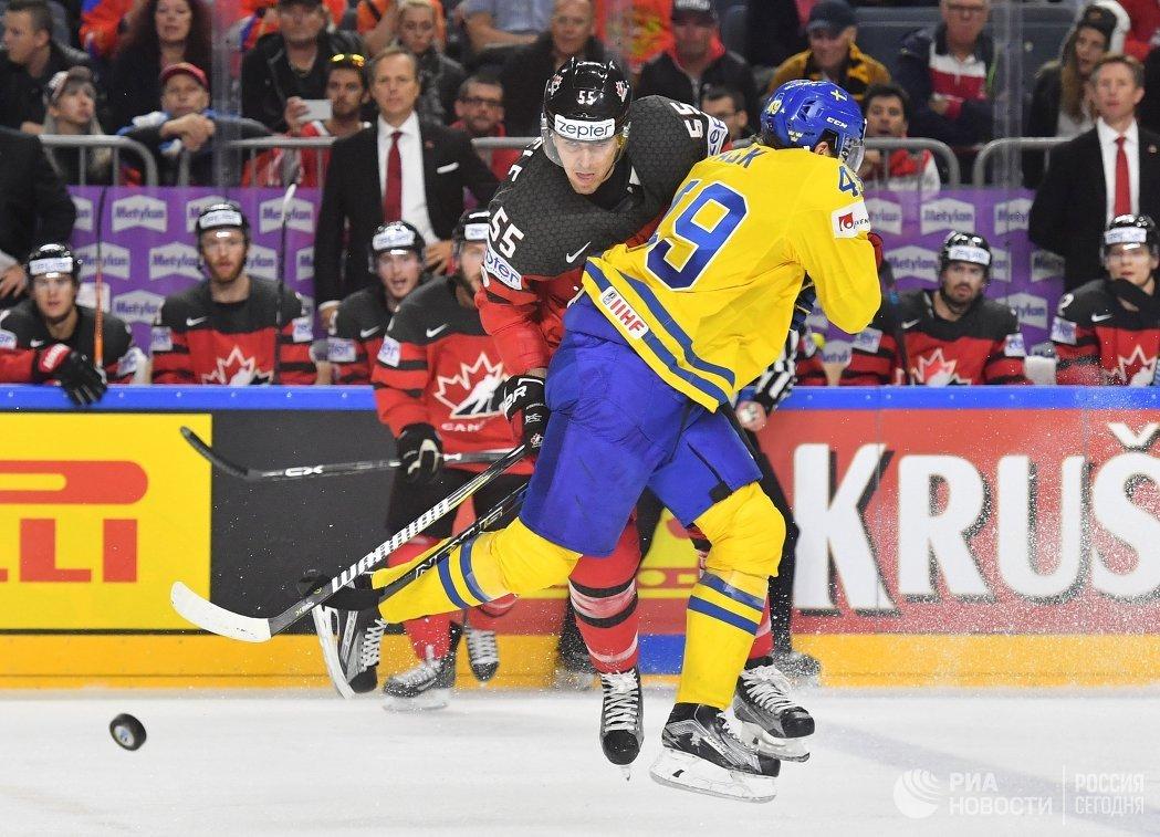 Форварды сборной Канады Марк Шайфли и сборной Швеции Виктор Раск (слева направо)