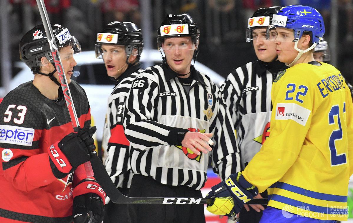 Форварды сборной Канады Джефф Скиннер (первый слева) и сборной Швеции Джоэль Эрикссон Эк (первый справа)