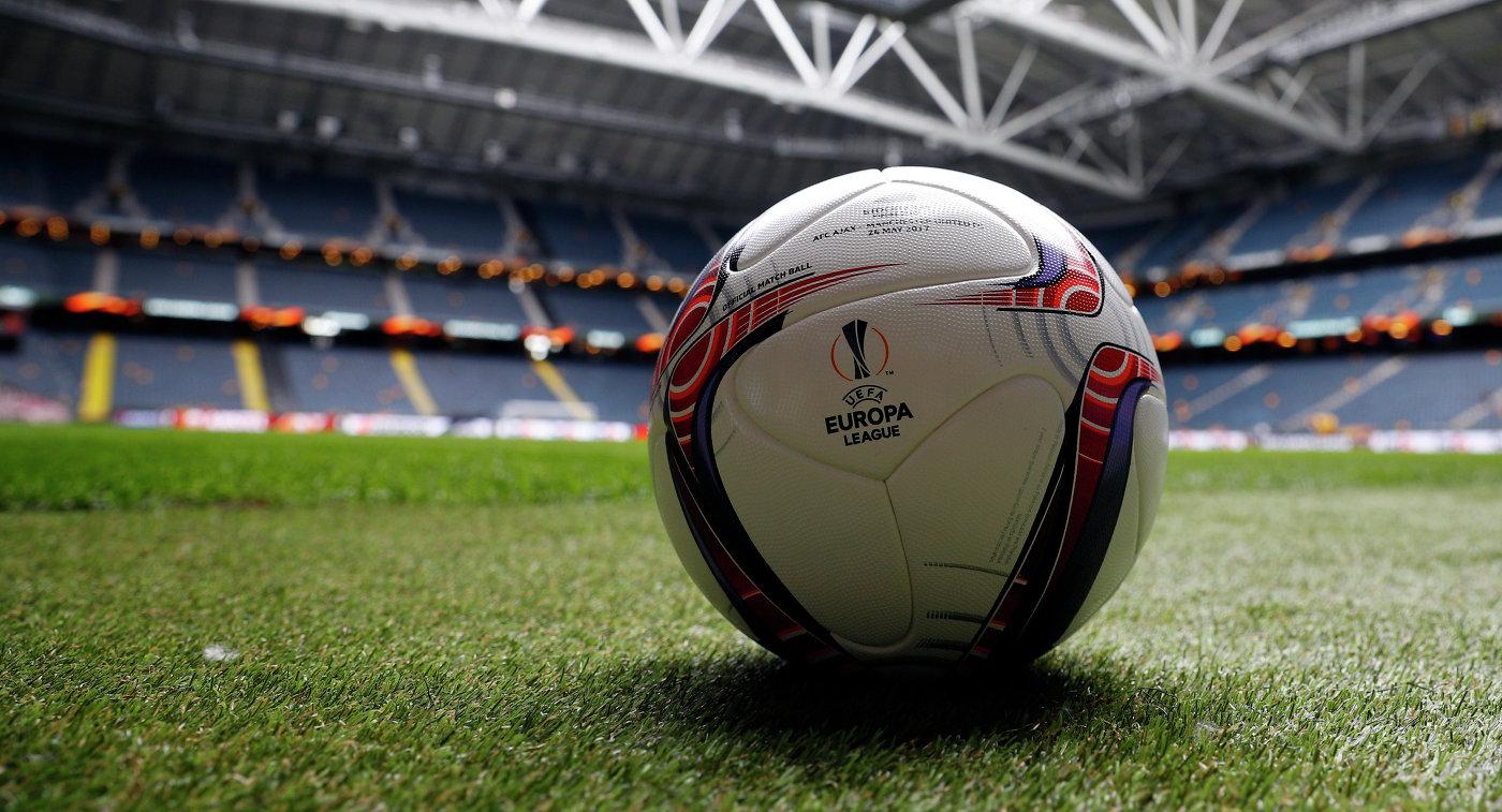 Футбольный мяч на стадионе в Стокгольме в преддверии финального матча Лиги Европы между Манчестер Юнайтед и Аяксом