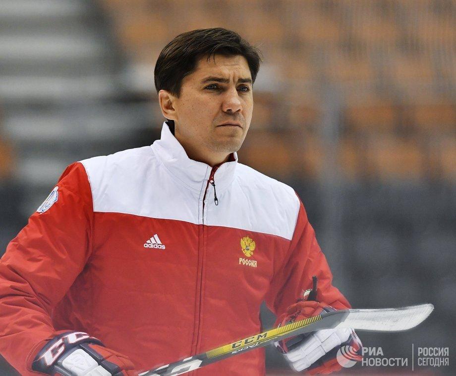 Тренер сборной России Игорь Никитин на тренировке