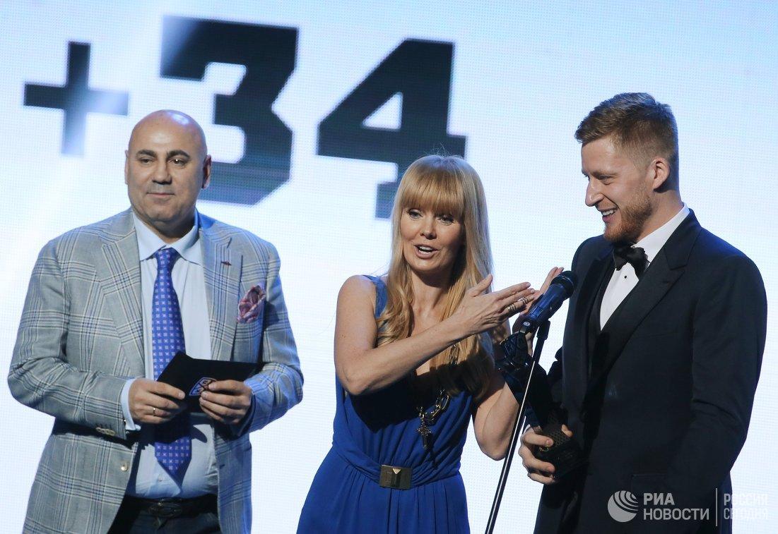 Защитник ХК СКА Антон Белов, певица Валерия и продюсер Иосиф Пригожин (справа налево)
