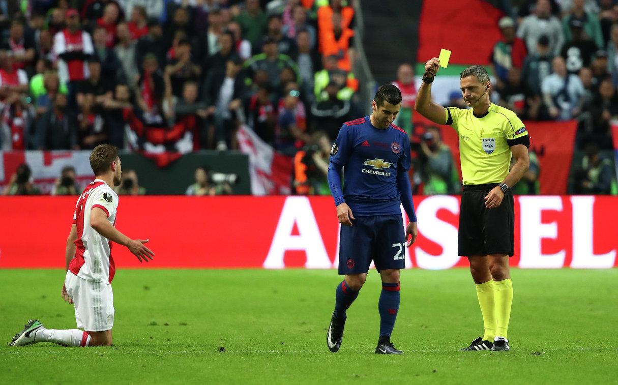 Полузащитник Манчестер Юнайтед Генрих Мхитарян (в центре)