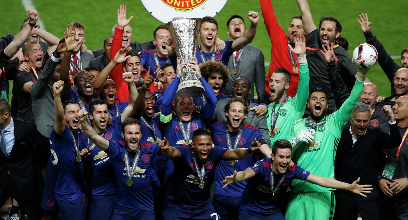 Футболисты Манчестер Юнайтед с кубком Лиги Европы