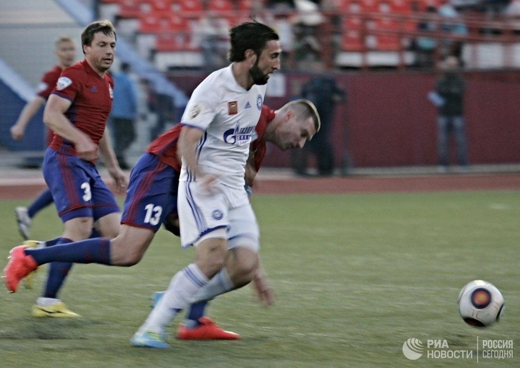 Нападающий ФК Оренбург Анзор Саная (на первом плане)