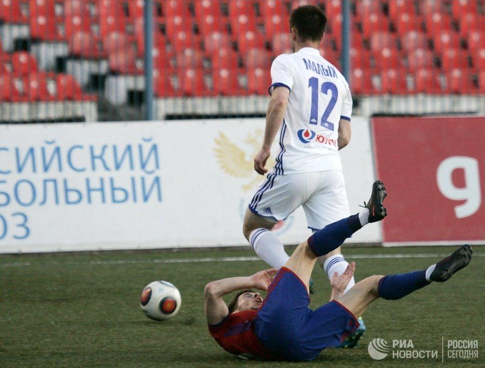 Защитник ФК Оренбург Андрей Малых (справа)