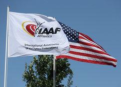 Логотип IAAF и флаг США на турнире серии Бриллиантовая лига в Юджине, Орегон