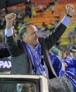 Игроки и болельщики Зенита прощаются с отправленным в отставку экс-тренером команды Диком Адвокаатом
