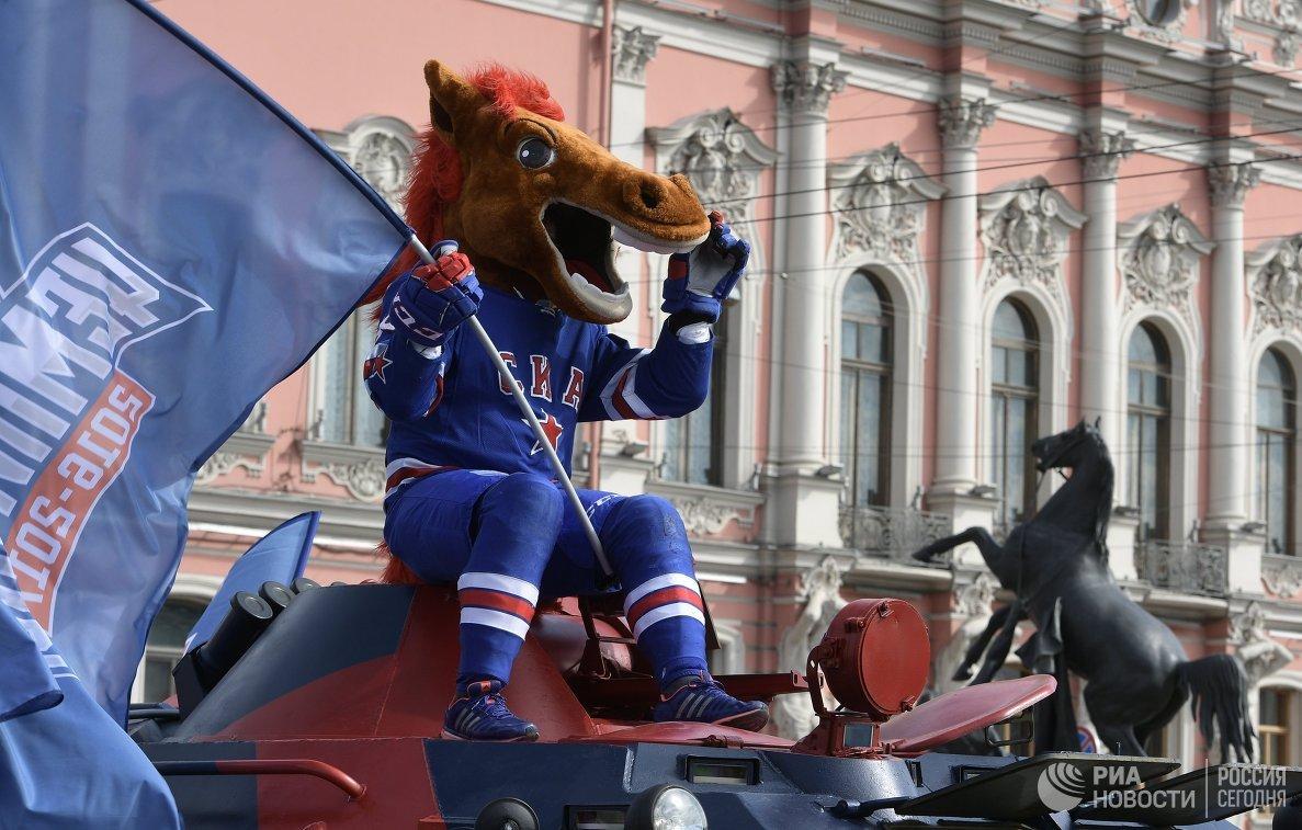 Талисман ХК СКА на параде в Санкт-Петербурге в честь победы команды в Кубке Гагарина в сезоне-2016/17