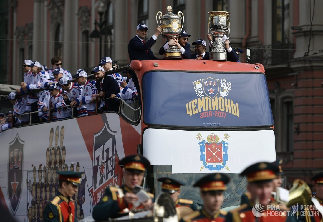 Автобус с игроками ХК СКА на параде в Санкт-Петербурге в честь победы команды в Кубке Гагарина в сезоне-2016/17