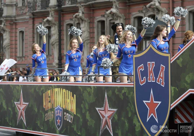 Девушки из группы поддержки ХК СКА во время парада в Санкт-Петербурге в честь победы команды в Кубке Гагарина в сезоне-2016/17