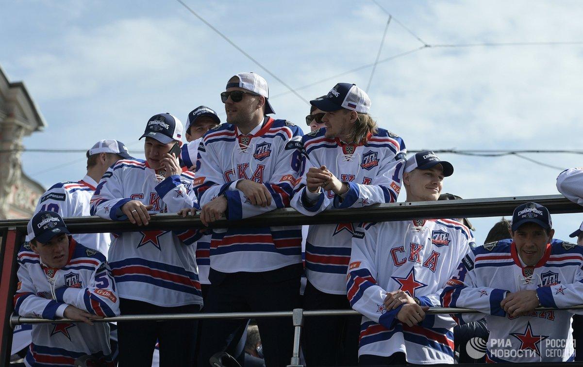 Игроки ХК СКА во время парада в Санкт-Петербурге в честь победы команды в Кубке Гагарина в сезоне-2016/17