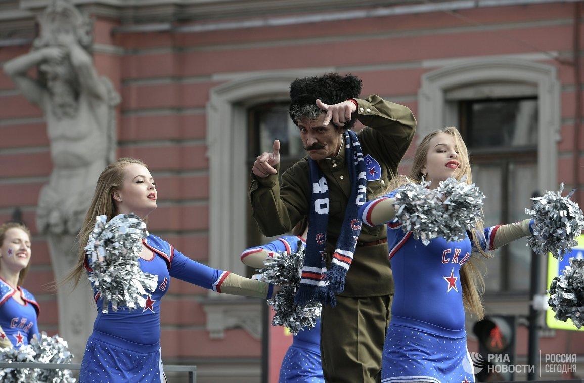 Участники парада ХК СКА в Санкт-Петербурге в честь победы команды в Кубке Гагарина в сезоне-2016/17