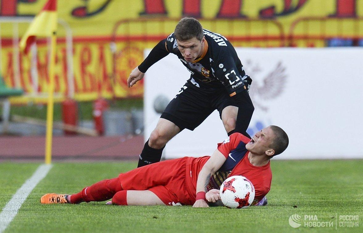 Защитник ФК Арсенал Александр Денисов (вверху)