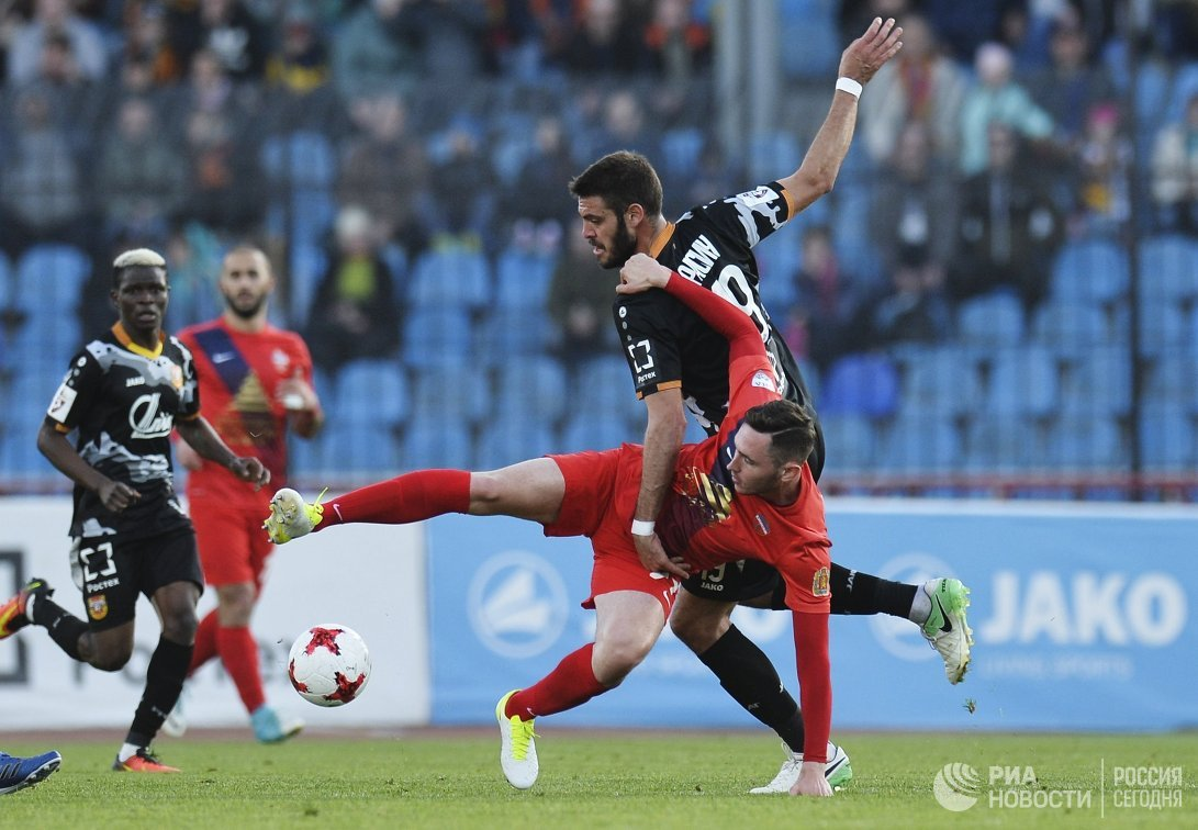 Нападающий ФК Арсенал Федерико Расич (справа)
