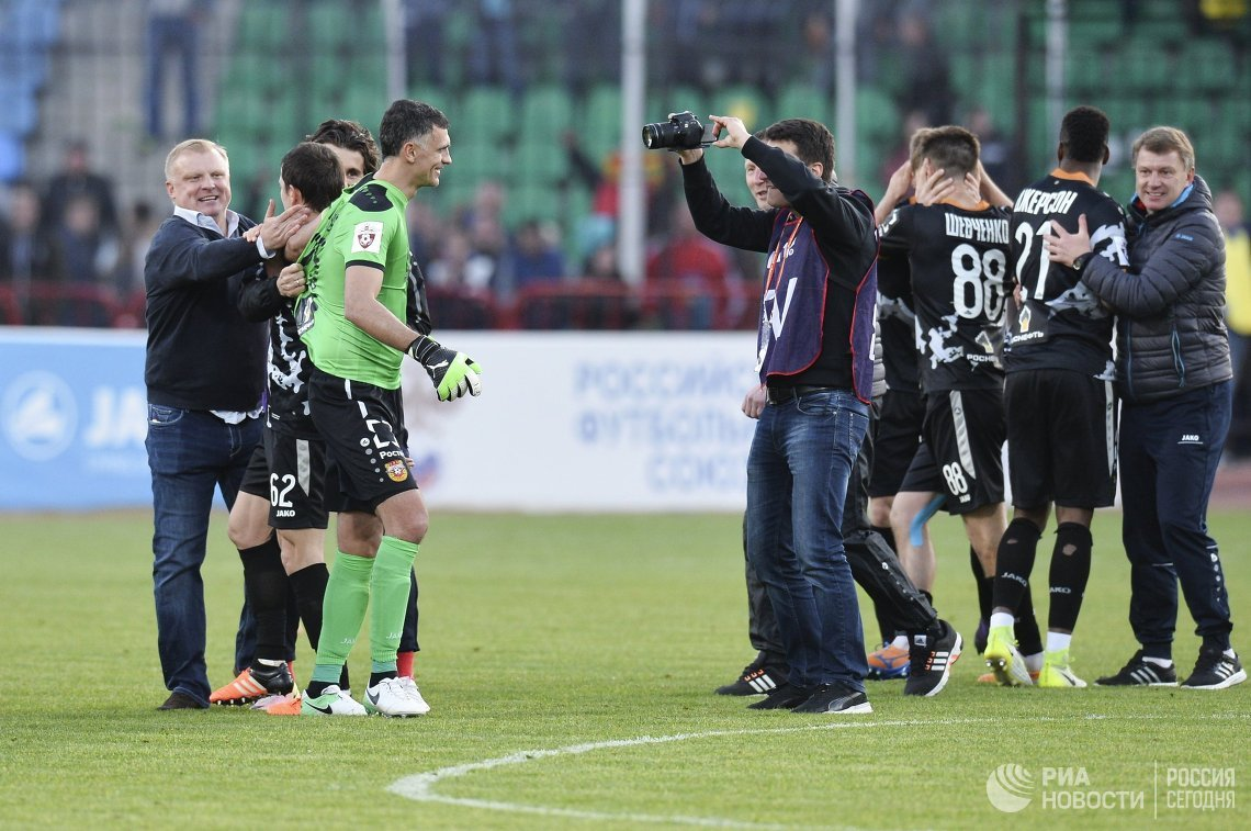 Главный тренер Сергей Кирьяков (слева) и игроки ФК Арсенал