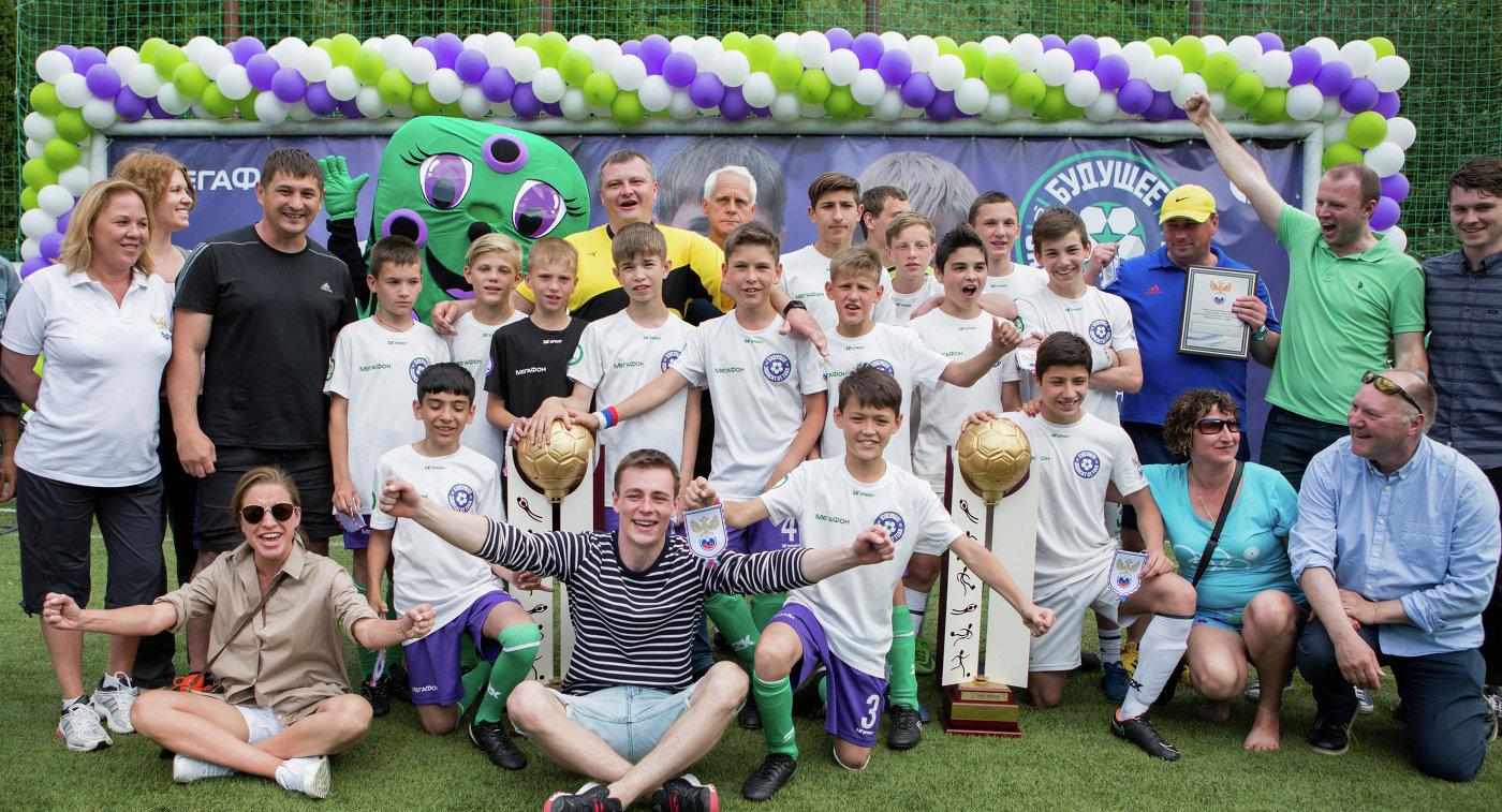 Участники футбольного турнира МегаФона среди детских домов и школ-интернатов Будущее зависит от тебя