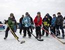 Дети на мастер-классе по хоккею на катке на ВДНХ во время празднования Дня зимних видов спорта в Москве