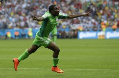 Нападающий сборной Нигерии Ахмед Муса радуется забитому мячу