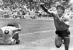Диего Марадона (справа)