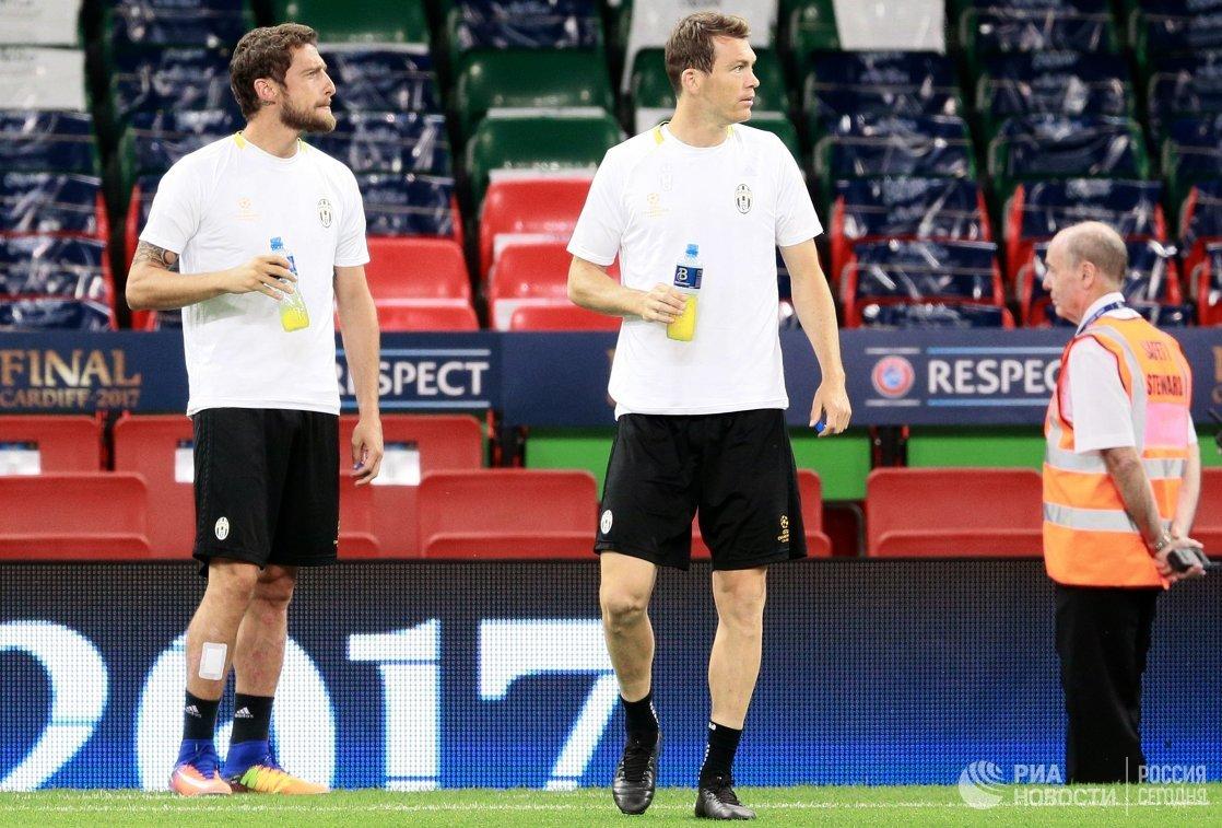 Полузащитник Ювентуса Клаудио Маркизио (слева) и защитник Штефан Лихтштайнер