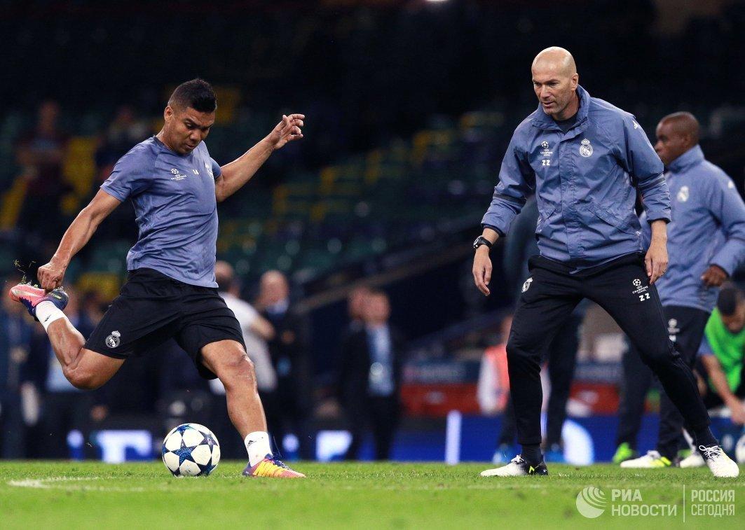 Полузащитник Реала Каземиро (слева) и главный тренер Зинедин Зидан