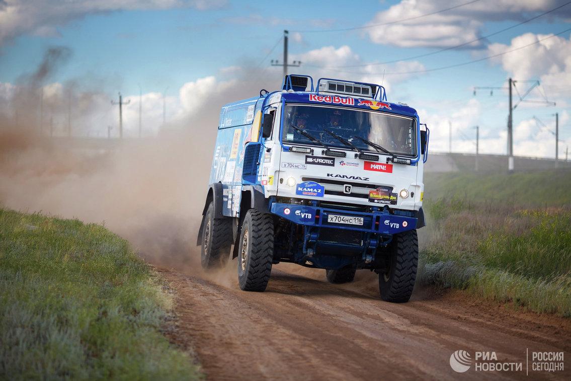 Автомобиль команды КАМАЗ-мастер во время ралли-рейла Великая степь - Дон 2017