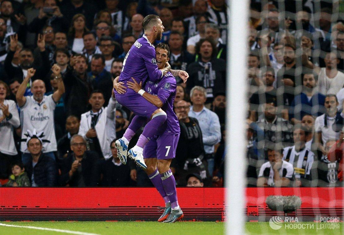Футболисты Реала защитник Серхио Рамос и нападающий Криштиану Роналду (справа)
