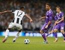 Защитник ФК Ювентус Алекс Сандро и форвард ФК Реал Мадрид Криштиану Роналду (справа)