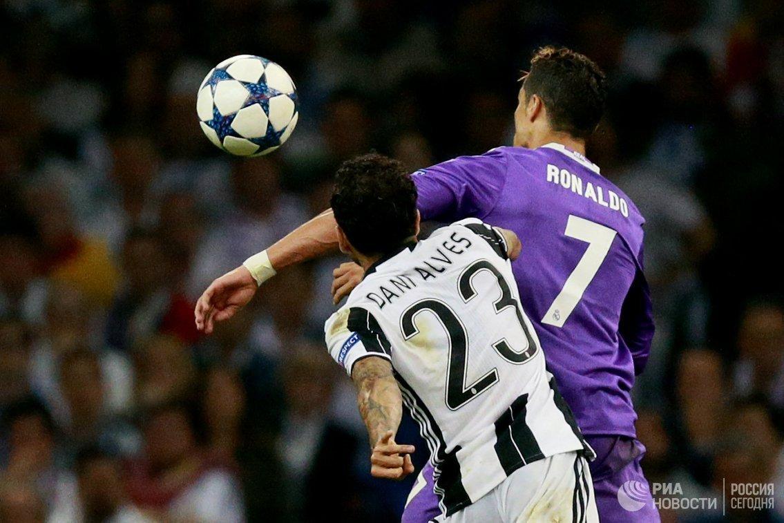 Форвард Реала Криштиану Роналду и защитник Ювентуса Дани Алвес (слева)