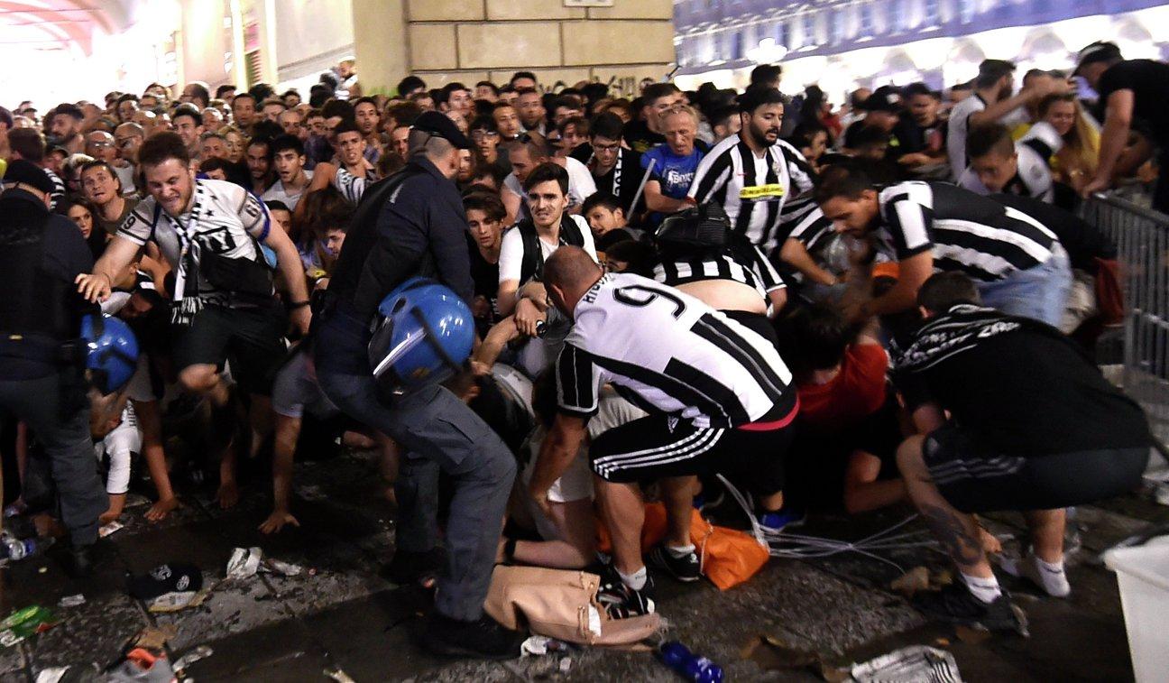 Болельщики итальянского Ювентуса в фан-зоне в Турине
