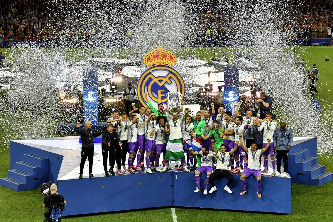 Футболисты Реала во время церемонии награждения