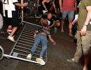 Болельщик Ювентуса оказывает помощь пострадавшей в давке в Турине во время просмотра матча Лиги чемпионов