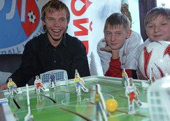 Игрок столичного Спартака и молодежной сборной России Роман Шишкин (слева)