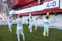 Футболисты санкт-петербургского Зенита после окончания матча на нефтедобывающей платформе Приразломная в Баренцевом море