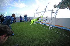Футболисты санкт-петербургского Зенита во время матча на нефтедобывающей платформе Приразломная в Баренцевом море