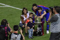 Нападающий Барселоны Лионель Месси с женой и детьми после победы над Реалом в финале Кубка Испании